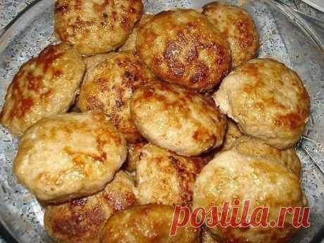 """ЛЮБИМЫЕ """"СЕКРЕТНЫЕ"""" КОТЛЕТКИ  Ингредиенты:  ● 1-1,5 кг фарша (у меня свинина+говядина)  ● 3-4 средних картошины (сырые )  ● 3-4 луковицы  ● 1 булочка (или белый хлеб)  ● 1 яйцо  ● молоко  ● соль , перец , горчица , растит. масло  Приготовление:  Картофель и лук измельчить в блендере (можно пропустить через мясорубку).Булочку (хлеб) разломать на кусочки и замочить в молоке , чтобы они полностью были им покрыты . Дать хлебу набухнуть , впитать в себя жидкость. Не отжимая молоко добавить хлеб в"""