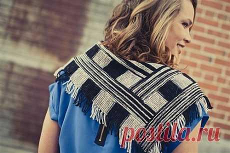 Теплая шаль Lokken Kercheif Дизайнер Megi Burel. Автор создал дизайн для двухцветной комбинации полос, но при вязании этой шали можно использовать и секционную пряжу