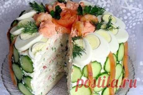 Скандинавский закусочный торт. 2-3 круглые буханки белого хлеба 600 г творожного сыра 400 г жирной сметаны 3-4 ст. л. вкусного майонеза 4 сваренных вкрутую яйца 250-300 г копченой красной рыбы (кета, горбуша) 1 пучок зеленого лука 1 пучок укропа сливки по необходимости Для украшения верха торта: отварные крупные креветки (несколько штук) ломтики копченой или малосольной семги 4-5 крутых яиц икра трески или сельди 1-2 огурца зелень укропа, петрушки Приготовление: Отрезать