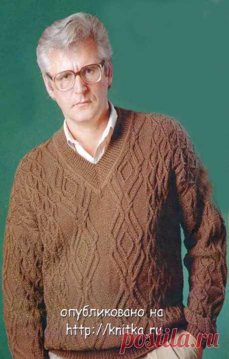 Коричневый пуловер.