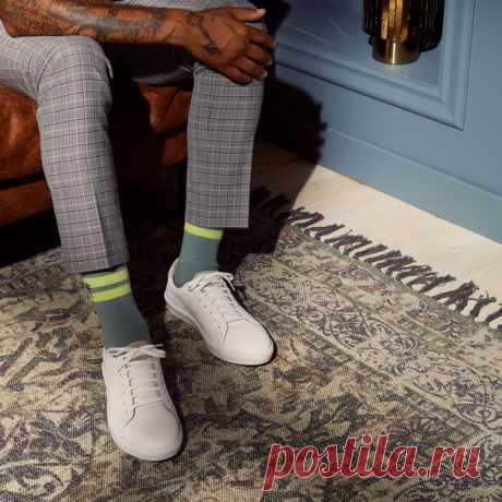 Спортивные носки и классические брюки в клетку - отличное сочетание! Комбинируйте модные детали с неподвластными времени элементами гардероба, и ваш стильный образ готов! ⚡ Носки: 0706271 Кеды: 0522678 #HMMan