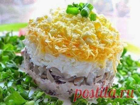 5 Салатов на Праздничный стол 2018  1. Французский салат   Представляем быстрый и легкий слоеный салат. Его приготовление займет не более 20 минут, а минимальная обработка ингредиентов позволит максимально сохранить их вкусовые качества и полезные свойства. Этот салат — отличное украшение стола. Приступим к приготовлению.   Ингредиенты:  2 яблока;  4 яйца;  Морковь — 2 штуки;  Майонез Провансаль с лимонным соком;  Лук репчатый — 1 штука;  Сыр;  Ветчина (по желанию).   Приг...