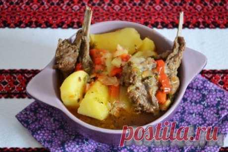 Бараньи ребрышки с картошкой в мультиварке - 13 пошаговых фото в рецепте Бараньи ребрышки, тушеные с картошкой в мультиварке, - это вкусный и сытный обед для всей семьи, который очень легко приготовить. Да и быстро, если взять мясо молодого барашка. Блюдо получается настолько вкусным, что покорит любого сидящего за столом, ведь аромат и нежность самого мяса на ...