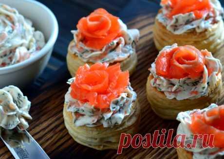 Слоеные тарталетки с красной рыбой — рецепт закуски к празднику | ВокругСада.ру