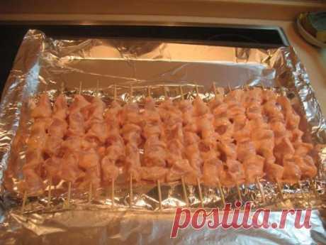 Куриный шашлык с картошкой в духовке - мое коронное блюдо, готовлю на все семейный праздники. Готовится просто, а получается очень вкусно. Попробуйте!  Нам понадобятся:  Филе куриное (из бедра) - 1,5 кг  Лук репчатый - 4 шт  Соль (по вкусу)  Перец черный (молотый, по вкусу)  Уксус (9%) - 50 мл  Картофель - 7 шт  Приготовление:  Нарезаем куриное филе на небольшие кусочки, складываем в миску. Добавляем, перец, соль, лук нарезанный колечками, уксус. Перемешиваем и оставляем мариноваться мясо, при