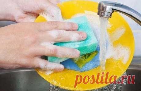 10 натуральных средств, которые могут заменить дорогую бытовую химию 1. Уксус — удаление известкового налета с любых поверхностей. Его также можно использовать для полоскания вещей, мытья окон и т.д. 2. Пищевая сода — мягкий абразив для чистки практически любых поверхностей. 3. Кожура цитрусовых (лимона, лайма, апельсина или грейпфрута) — дезодорация и отбеливание разделочных досок,кухонной посуды, раковины и т.д., а также освежитель воздуха 4. Пчелиный воск — полировка мебели и
