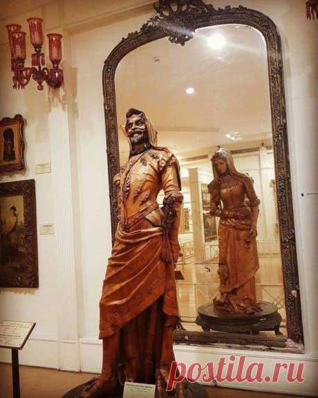 Это, вероятно, одна из самых необычных скульптур, Хранится она в музее Салар Джунг в Хайдарабаде, Индия. Особенностью ее является то, что с одной стороны мужчина, а с другой — женщина. Во всем мире ее знают, как «Двойная статуя Мефистофеля и Маргариты». Она высечена из цельного куска древнейшего дерева Сикомор. Позади двойной статуи специально разместили огромное зеркало, чтобы видеть два изображения одновременно, и иметь возможность оценить безупречное мастерство автора /  Facebook