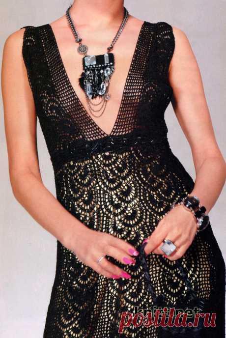 Вязаное черное платье крючком и сумочка