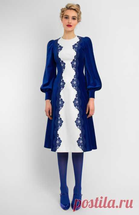 Gaen Комбинированное платье с длинным рукавом из синего и белого бархата с ручной отделкой кружевом. Круглый воротник. Без карманов. Потайная молния на спине. На фото: модель ростом 178 см, размер S.
