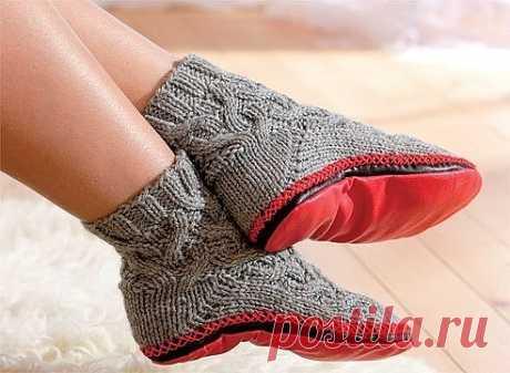 Модные вязаные тапки-носки, или носки с подошвой, можно сделать своими руками.  Что понадобится  Материалы: Пряжа альпака, 100% шерсть (Peruwool) серого цвета 100 м/50 г - 1 моток, Искусственная кожа красного и коричневого цвета, Красная пряжа для отделки  Инструменты: Спицы № 4 (набор из 5 штук для носков), вспомогательная спица, гобеленовая игла  Размер носок - 36–37  Узор  Круговая резинка 2п. х 2п.  Ряды вяжите по кругу, чередуя 2 лицевые и 2 изнаночные петли. В следую...