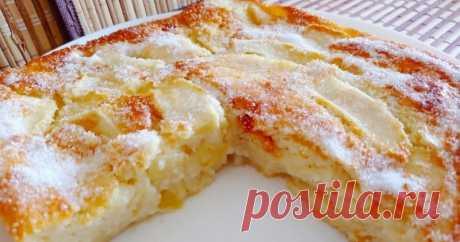 Смешайте в блендере, вылейте в форму и получите нежный йогуртовый пирог с яблоком ...