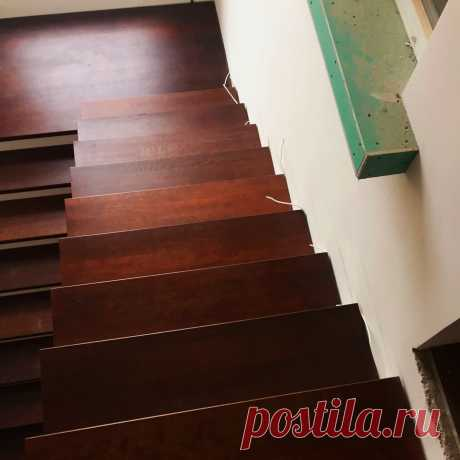 Облицовка лестницы деревом