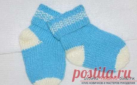 El clasicismo de la labor de punto de los calcetines. Aprendemos a tejer los niños por los esquemas propuestos no complicados del modelo
