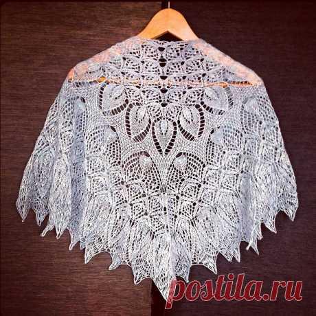 Вязаная спицами ажурная шаль с цветами