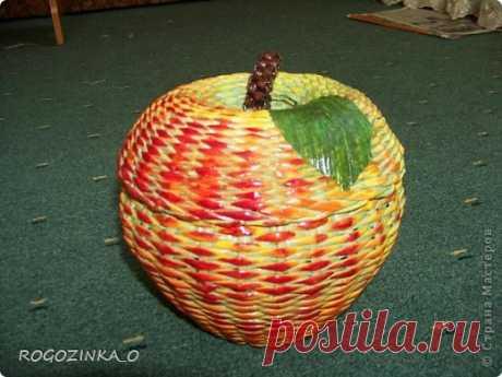 Плетение из газетных трубочек-яблоко