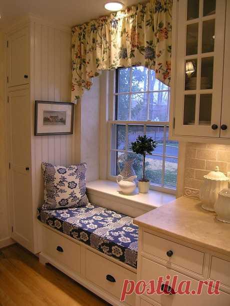 Диванчик у окна на кухне