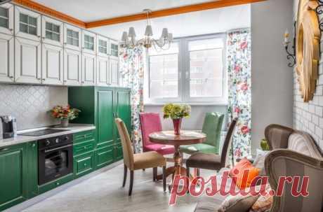 Маленькая прямая кухня-гостиная в стиле фьюжн с фасадами с выступающей филенкой, зелеными фасадами, белым фартуком.