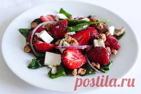 """Салат из клубники с маковой заправкой (Strawberry Salad with Poppy Seed Dressing). Приготовим вкусный салат из спелой сладкой клубники, свежего шпината с грядки, красного сладкого лука, хрустящих грецких орехов в облаке глазировки с необычной маковой заправкой.  Заправку можно приготовить заранее, она запросто храниться в холодильнике два-три дня и не теряет своих свойств и вкусовых качеств. Будем благодарны за """"Спасибо"""", если рецепт понравился)"""