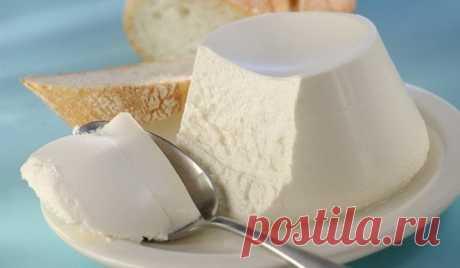 Домашний сыр: идеальное дополнение к бутербродам!  Ингредиенты:  1 л молока 1 л кефира 3 яйца 3 ч.л соли Специи по вкусу, если есть желание  Приготовление:  Молоко, кефир и соль смешать и довести до кипения, периодически помешивая, чтобы не пригорело. Дать покипеть несколько минут и добавить взбитые яйца. Варить на медленном огне 5-7 минут. Вылить все в дуршлаг застеленный марлей в 2 слоя (или бумажными полотенцами) После того как сыр стечёт и остынет, завязать и у...