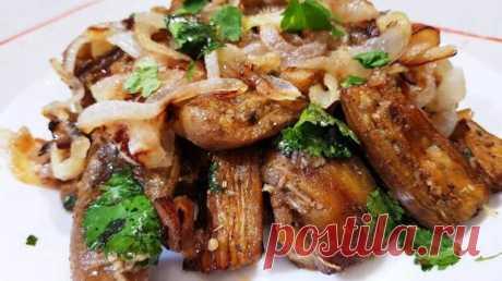 Баклажаны – это универсальные овощи, которые могут напоминать по вкусу грибы и мясо, смотря по какому рецепту вы их готовите. Сегодня я предлагаю «мясной» вариант рецепта. Для приготовления вам потребуются такие ингредиенты: — баклажаны, 4 шт; — лук и чеснок по 1 шт; — зелень; — соль, перец; —