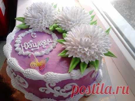 Торт с белыми хризантемами