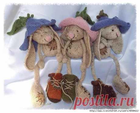 Вязаная спицами игрушка Кролики в цветочных шапках от Sabine Jahn