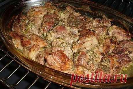Нежнее мяса вы не пробовали — ароматное мясо по-грузински!  Это ни чем не хуже шашлыка на природе — мясо в духовке или мясо по-грузински! Давно искала такой рецепт, мясо получилось сочное и мягкое…  Грузинская кухня — кладезь удачных рецептов приготовления мяса. Это касается не только шашлыка, но и других мясных блюд, которые готовятся дома.  Предлагаем запечь в духовке мясо по-грузински. Благодаря маринаду с соком лимона, блюдо получается мягким и сочным. Свежие травы и с...