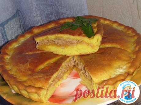 Простой рецепт вкусного пирога с мясом  Ингредиенты:  Тесто: — 150 мл. тёплого молока, — 1.ч.л. сахара, — 0.5.ч.л. соли, — 2 ст.л. растительного масла, — 1.5 стакана муки, — 1 ч.л. сухих дрожжей, — 0.5 ч.л. куркумы.  Начинка: — фарш — 200 гр. — 2 крупных луковицы. — Соль, перец, — Чеснок — 2 зубчика.  Приготовление: Для теста смешать все ингредиенты и замесить, накрыть полотенцем.  Через 40 минут обмять и разделить на 2 части.  Раскатываем одну часть и укладываем в смазанн...