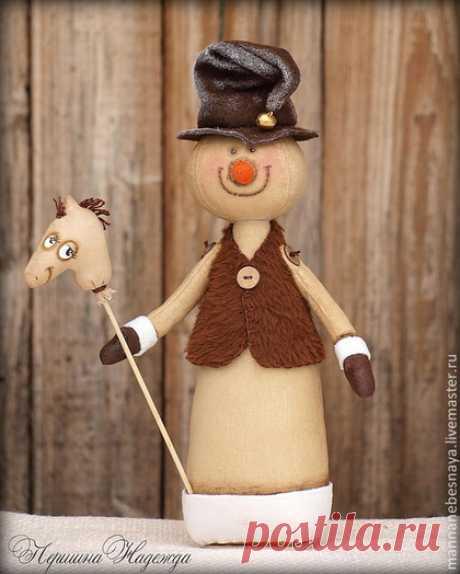 Купить Кофейный снеговичок с лошадкой. Ароматизированная новогодняя игрушка - коричневый, снеговик, кофейный снеговичок