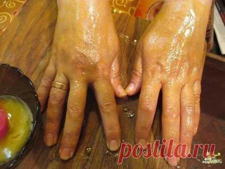 """Мазь """"Ухоженные ручки"""" - убирает морщины, пигментные пятна и трещины на руках Моя мама готовит мазь, которая отлично помогает избавиться от трещин и пигментных пятен на руках с омолаживающим эффектом. Сначала растворяет в 1 л теплой воды 2 ст.л. соли и держит в этом растворе руки 10 минут. Затем, не смывая его, промакивает ладони и смазывает их мазью (1 яичный желток + 1 ст.л. меда + 1 ст.л. растительного масла), смывает через 20 минут. Эффект замечательный: кожа рук стано..."""