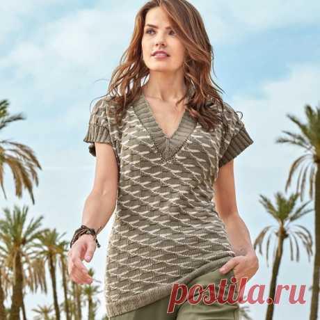 Пуловер с двухцветным структурным узором. Чтобы смягчить «форменный» стиль, добавьте к хаки немного розового пудровых тонов. Размеры 36/38 (42) 46/48 ПОТРЕБУЕТСЯ:  Пряжа (77% хлопка, 15% кашмирской шерсти, 8% полиамида; 175 м/50 г) — 250 (300) 350 г цвета хаки и 100 (150) 150 г розовой; спицы №3 и 3,5; круговые спицы №3.