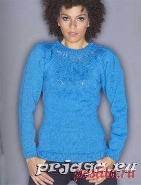Синий пуловер спицами с круглой кокеткой