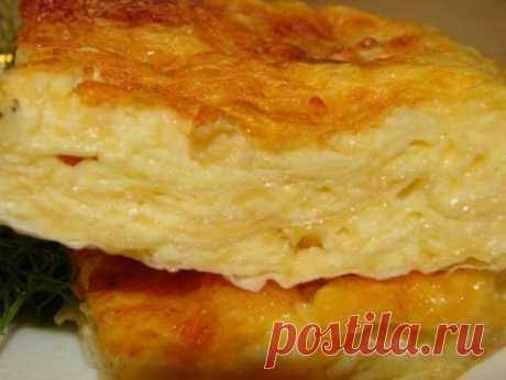 Пирог с сыром, который хочется готовить каждый день!  Вкусно до безумия!  Многие блюда и закуски, приготовленные с сыром, получаются по умолчанию вкусными. Это вам скажет любой сыроман. Особенно почитатели сыра полюбили пироги. Если вы любите выпечку, в которой аппетитно тянется сыр, тогда этот рецепт должен вас заинтересовать.  Пирог получается очень вкусным, а главное — готовится без хлопот. Потратив немного времени на подготовку, вы приготовите сытное угощение, которым наестся вся семья!