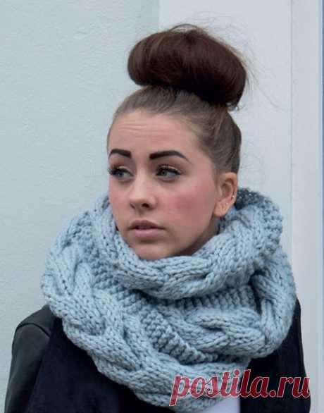 Изящный снуд с косами из объемной пряжи от Sarah Hatton вязаный спицами  Вязаные вещи становятся все более модными и актуальными с каждым днём! Мало того, что это красиво и стильно, это ещё и очень практично: уютные шарфы греют вас холодной зимой. Предлагаем очень простое описание, которое даже начинающим поможет связать спицами модный снуд из объемной пряжи от Sarah Hatton!  Для вязания вам понадобится объемная пряжа Big Wool — четыре мотка (стопроцентная шерсть мерино, 8...