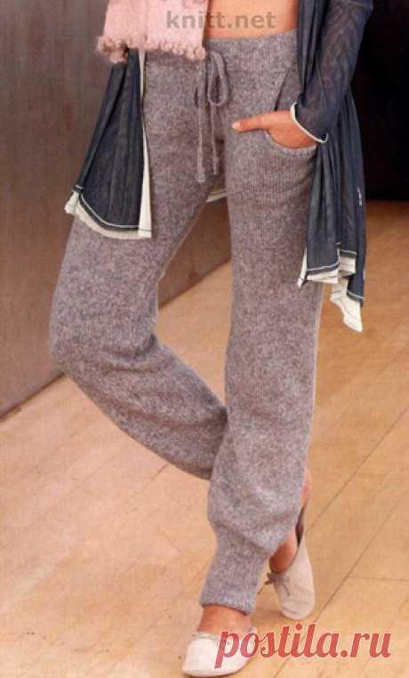 Вязаные спицами брюки Вязаные спицами брюки. Стильные брючки для домашнего использования. Мягкая пряжа - все что нужно для создания легкого силуэта и женственного образа.