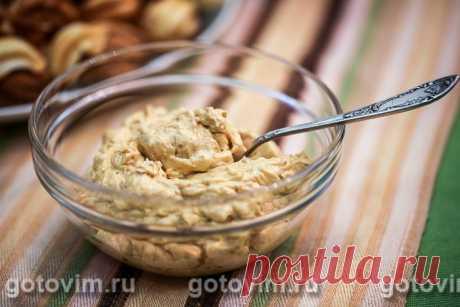 Масляный крем со сгущенкой и орехами. Рецепт с фото Простой рецепт крема, который подойдет не только для прослойки тортов, но и как начинка в печенье и орешки. Позаботьтесь заранее о покупке хорошей вареной сгущенки. Она должна густой, чтобы в готовом виде крем получился нужной консистенции. Хотя я пишу в рецепте о грецких орехах, никто не мешает вам заменить их фундуком или другими орехами по своему вкусу.