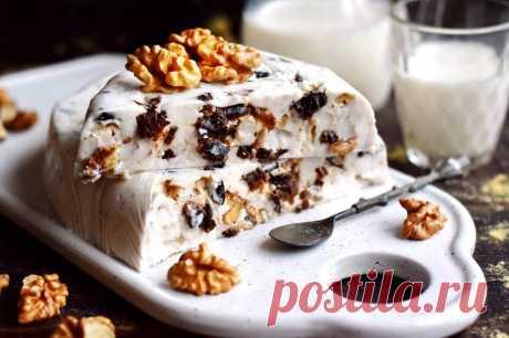 Десерт из чернослива, орехов и сметаны Готовим очень вкусный десерт из чернослива и орехов. В качестве основы берем сметану, для получения желейного состояния, соединяем ее с желатином. Желирующие вещество обязательно разводим в воде. Десерт получается очень легким и освежающим, при этом питательным и сытным, красиво смотрится в разрезе.