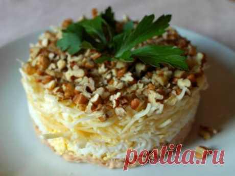 Гениальный салат «Принц» с орехами, яйцами и сыром — vkusno.co