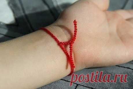 Красная нитка от сглаза на запястье  Красная нитка, повязанная вокруг запястья — один из самых действенных оберегов, способных защитить от энергетического удара со стороны недоброжелателей. Незамысловатый талисман дает владельцу защиту от негативной энергии, недугов и неудач.  Как носить оберег из красной нитки  Традиция носить этот простой амулет именно на запястье объясняется древними верованиями: люди были убеждены, что запястье — самое уязвимое для отрицательного возде...