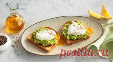 Протеиновый завтрак – тост с яйцами и авокадо - ПУТЕШЕСТВУЙ ПО САЙТУ. ИНГРЕДИЕНТЫ 1 авокадо Соль, свежемолотый черный перец Лимонный сок 1 ст. л. оливкового масла IDEAL Extra Virgin 2 куска хлеба для тостов 2 яйца ПОШАГОВЫЙ РЕЦЕПТ ПРИГОТОВЛЕНИЯ Шаг 1 Поставьте на огонь кастрюлю с водой и доведите до кипения. Посолите. В это же время разрежьте авокадо пополам, удалите косточку и …