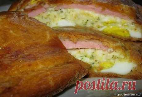 Рецепт пирога с плавлеными сырками, яйцами и колбаской