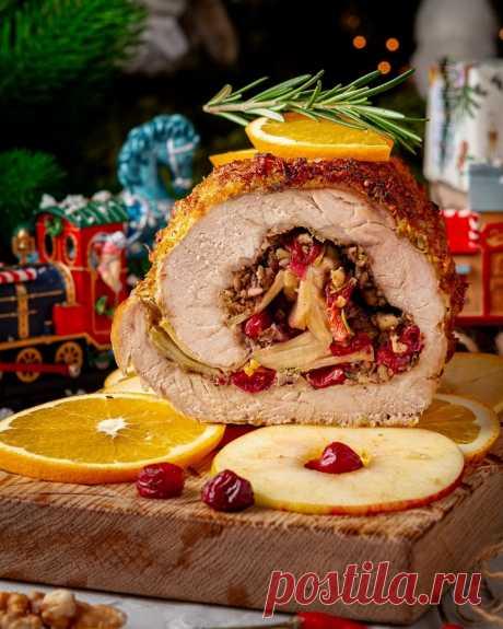 Рулет из свинины с апельсиновой глазурью Ингредиенты на 5–6 порций:Свиная корейка— 2 кгАпельсины — 2 шт.Яблоки — 3 шт.Замороженная клюква или брусника — 100 г Грецкие орехи — 50 гДижонская горчица — 2 ст. л.Чеснок — 3 зубчикаЛистья с 1 веточки...