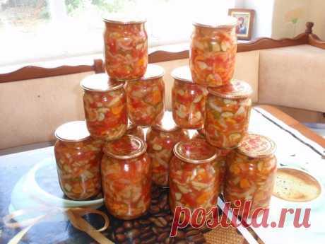 """САЛАТ """"ГЕНИАЛЬНЫЙ"""", потому что очень простой! Зимой просто палочка-выручалочка!  Открыл баночку - и вот тебе готовый салатик к ужину. Нужно: 1 кг - капусты 1 кг - помидор 1 кг - огурчиков 1 кг - сладкого перчика 1 кг- морковки Если чего-то из овощей нет - то берем 2 кг. другого овоща. Всё порезать как на салатик , морковку на терке. ⠀ Все овощи смешать. И туда добавить: ⠀ раст. масло -200 гр. уксуса 9% 200 мл соль - 8 ч. ложек сахар- 16 ч. ложек ⠀ Все перемешать. Поставить..."""