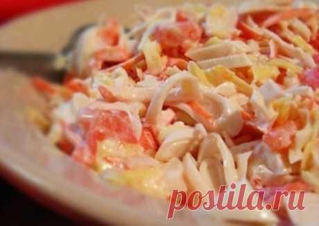 Салат с кальмарами  Итого на 100 гр 55 ккал Б/Ж/У 2.8 / 0.6 / 9.6  Ингредиенты:  кальмары — 250−300 г помидоры — 1−2 шт. сыр — 100−200 г чеснок — 1 зубчик йогурт  Приготовление:  1. Кальмары очистить и отварить в подсоленной воде 1-2 минуты. Порезать соломкой. 2. Помидоры тоже порезать соломкой. 3. Чеснок выдавить через пресс. Сыр натереть на крупной терке. 4. Все перемешать и заправить йогуртом.