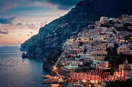 ПОЗИТАНО, ИТАЛИЯ.  Уютный городок Позитано, раскинувшийся на юге полуострова Сорренто, — один из самых знаменитых курортов Италии. Сам город разбросан по трем небольшим долинам, зажатым между горами и морем. Каскад разноцветных домиков, украшенных майоликой и разбавленных апельсиновыми и оливковыми рощами, сбегает от зеленых гор к лазурному морю. Многочисленные жилые дома и отели ...