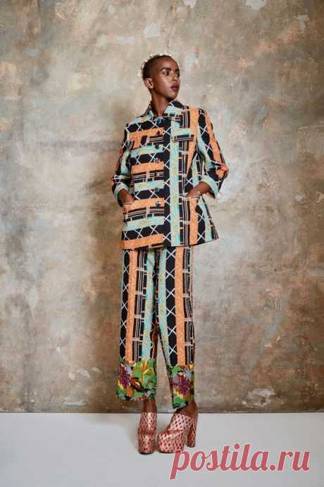 The complete Duro Olowu Spring 2021 Ready-to-Wear fashion show now on Vogue Runway.