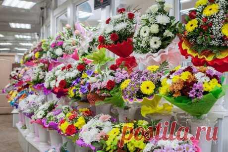 Какими приемами пользуются продавцы цветочных магазинов, чтобы продлить жизнь букета свежим Какими приемами пользуются продавцы цветочных магазинов, чтобы продлить жизнь букета свежимСтебель очищается от всех нижних листьев, на конце делается косой срез на плотных стеблях и прямой на мягких (тюльпаны, гладиолусы и тому подобное).Ставят цветы в просторные вазы, наливают воды не...