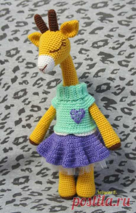 Вязаная игрушка нарядный жираф