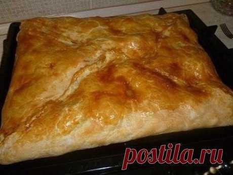 Кубите  Одно из самых вкусный блюд греческой кухни!   1) слоеное тесто.  2) курица. Курицу порезать на кусочки, посолить, поперчить по вкусу.  3) картофель. Порезанный, как на фото. Также посолить(не много)  4) Лук, порезанный как угодно.  5) Сливочное масло.  6) Яйцо, преимущественно, желток, чтобы сверху смазать пирог, для корочки.   Тесто выкладывается в противень, а в него уже - начинка и все потом заворачивается, как конверт.  на низ - картофель, сверху мясо, сверху л...