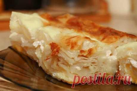 БАНИЦА.  Едва ли не самое известное блюдо в Болгарии. Каждый турист просто обязан попробовать это блюдо! Предлагаем рецепт с использованием готового слоеного теста.